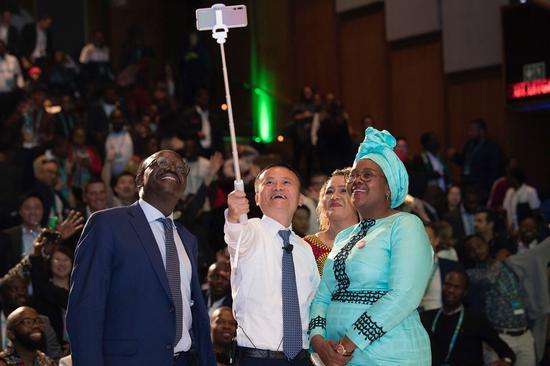 图/马云和联合国贸易和发展会议秘书长基图伊、南非科学与技术部长恩古巴内一起,与非洲创业者们自拍合影