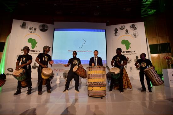 图/马云与当地年轻人一起敲起非洲鼓,宣布成立马云非洲青年创业基金