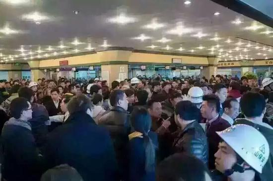 图1:佰万富翁们挤在房产买进卖中心