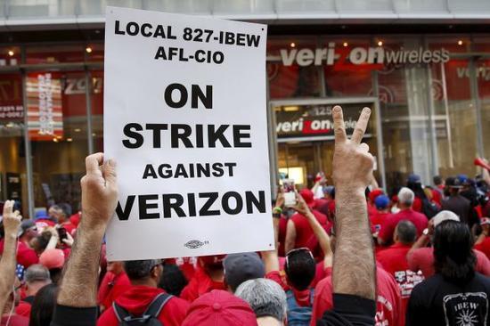 2016年4月18日拍摄的资料图片,图中罢工人群在纽约Verizon一家店面前举行示威活动。 REUTERS/SHANNON STAPLETON