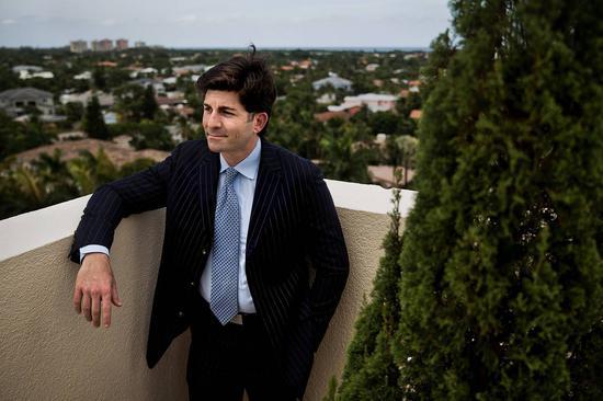 散户投资者Jason Miller正做空VIX指数。图他在自己位于佛罗里达州的公寓大楼。
