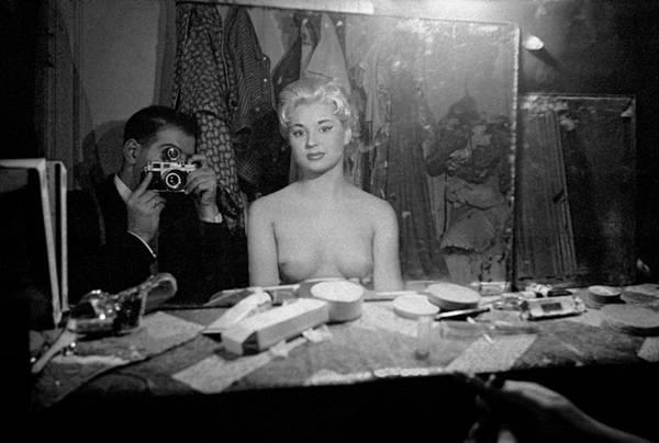 摄影师实拍1956年巴黎脱衣舞俱乐部