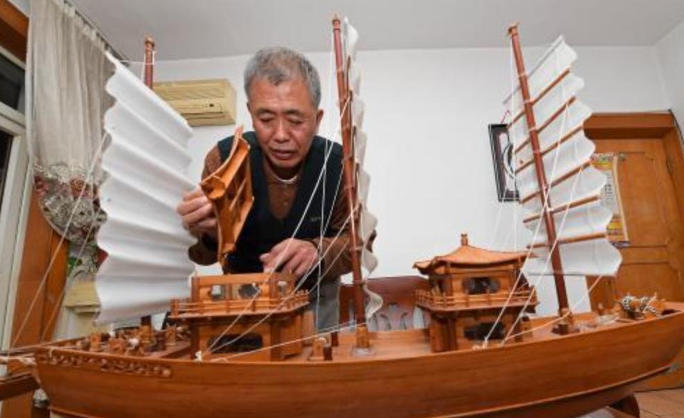 山西一老人痴迷做船 细节精美堪比微雕