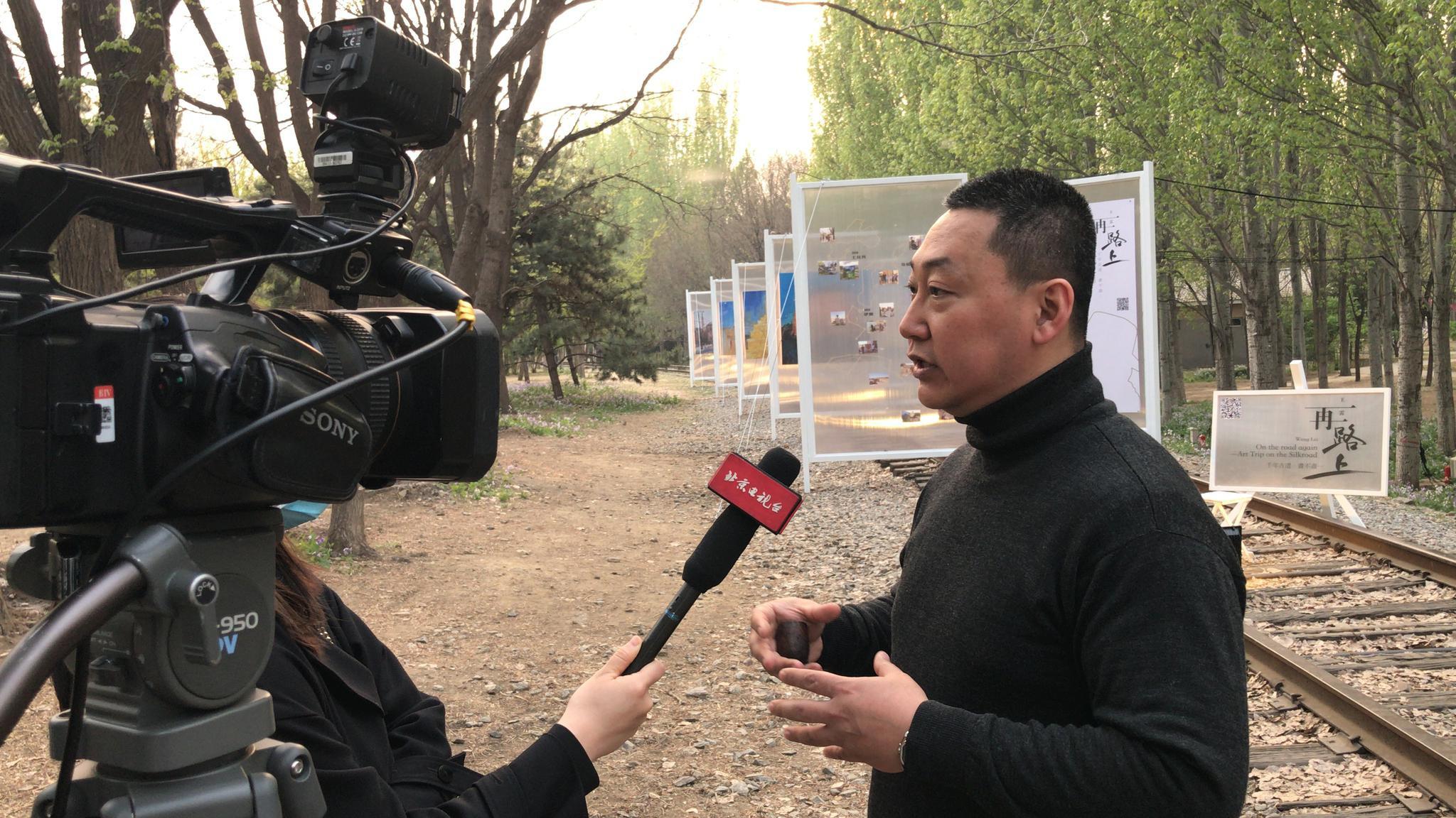 开幕式现场艺术家王雷接受北京电视台采访