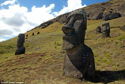 复活节岛Rano Raraku火山山坡上的雕像,距离智利海岸3700公里。