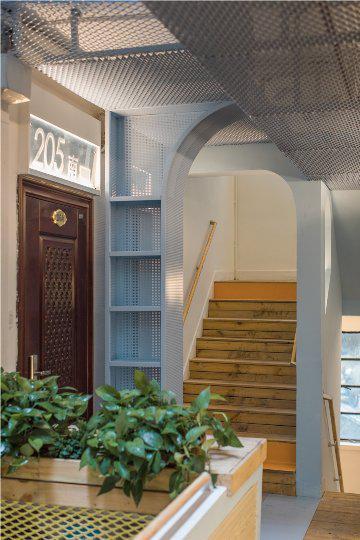 天井处的走道窗统一设置了遮雨棚和储物篮,改善原有的漏雨现象。