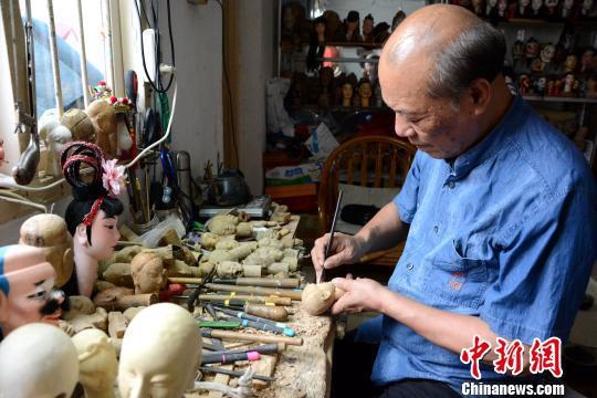杨亚州结缘木偶雕刻六十载。 张金川 摄