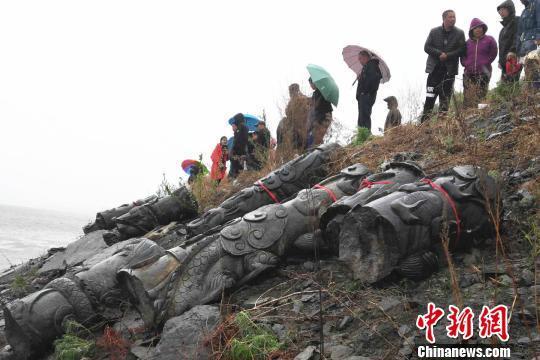 哈尔滨依兰县江中捞出盘龙石柱