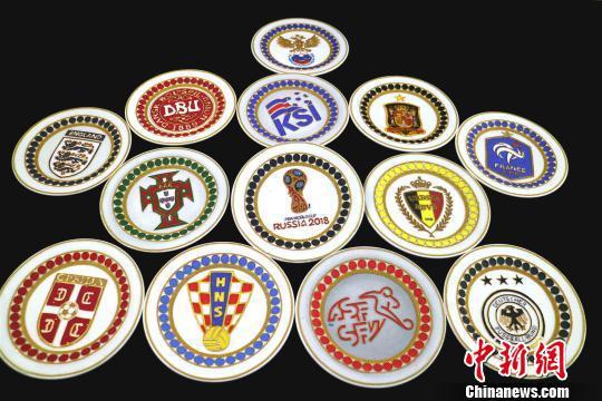 以世界杯32支球队队徽为灵感所作的金丝彩沙画。