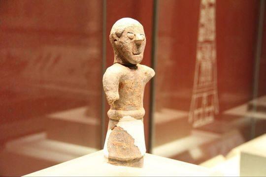 这是三星堆博物馆馆藏的陶制巫师像。