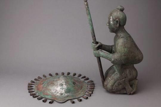 西汉执伞跪坐俑 (昆明市博物馆藏)