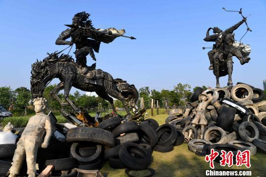 图为用300多个废弃轮胎创作而成的雕塑作品《轮回马超》和《轮回黄忠》。