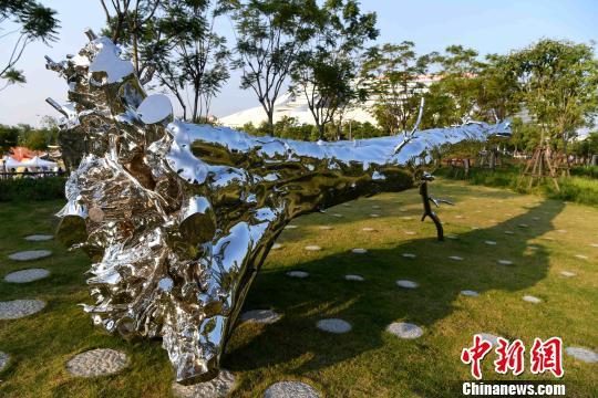 图为用不锈钢的雕塑锻造的作品《树非木》。 张斌 摄