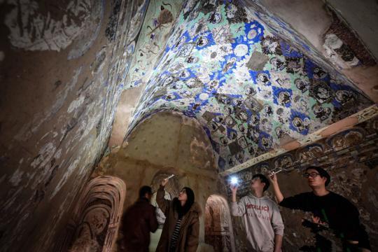民众观赏1:1复原仿真洞窟。