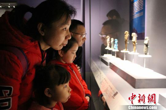 此次展览展出100件(套)珍贵文物,图为观众参观展览。 赵晓 摄