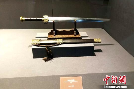 展出的宝剑。 杨英琦 摄