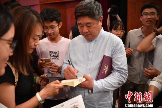图为讲座结束后学生找单霁翔签名 刘冉阳 摄