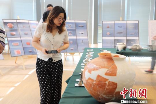 梅里遗址出土的文物遗存进行展示。 管亦鸣 摄