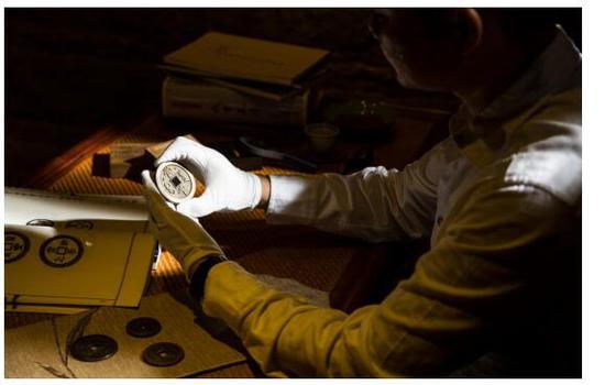 〈图二〉夜深人静时林志坚先生就捧出珍藏的钱币潜心钻研