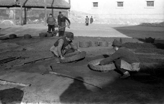 1953年 摇煤球 北京