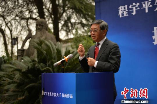 程宇平先生在捐赠仪式上,讲述张大千书画来源。 王斌 摄