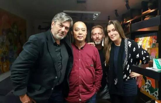 张天志在家中接待来访的荷兰原生艺术馆馆长(左一)、副馆长(左四)等荷兰的艺术家和媒体人