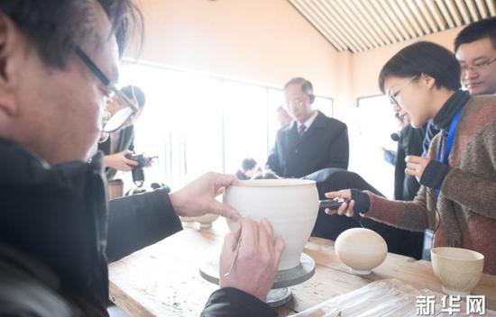 1月22日,游客在上虞区凤凰山考古遗址公园了解越窑青瓷制作。