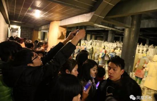 浙江东阳影视城秦王宫景点的地下皇城内,数万名游客争相观看沿路陈列的秦始皇兵马俑复制品