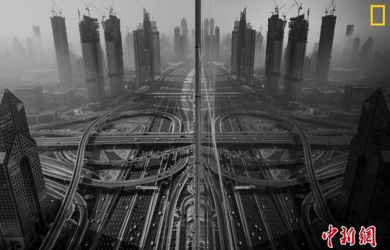城市组第三名 摄影师:Gaanesh Prasad 图片说明:雾中的迪拜。