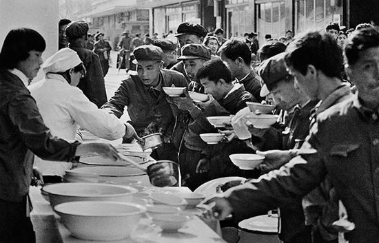1981年,北京,前门路边的大碗茶。