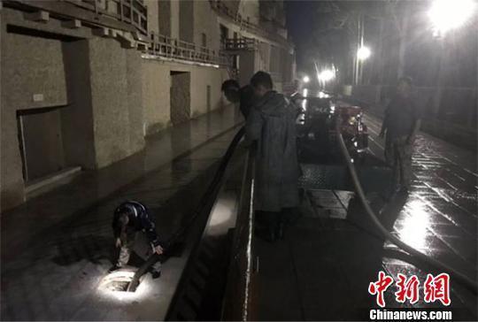 7月7日凌晨1时许,敦煌研究院工作人员排除莫高窟窟区积水。 敦煌研究院供图
