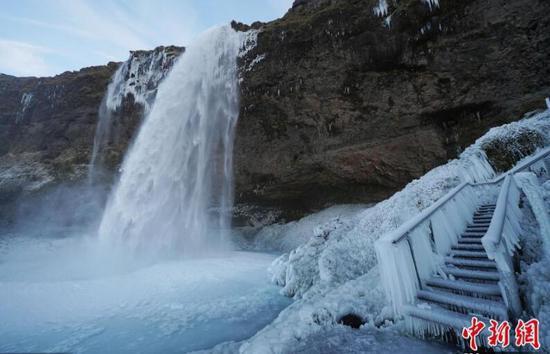 冰岛瀑布结冰画面震撼 如天外仙境