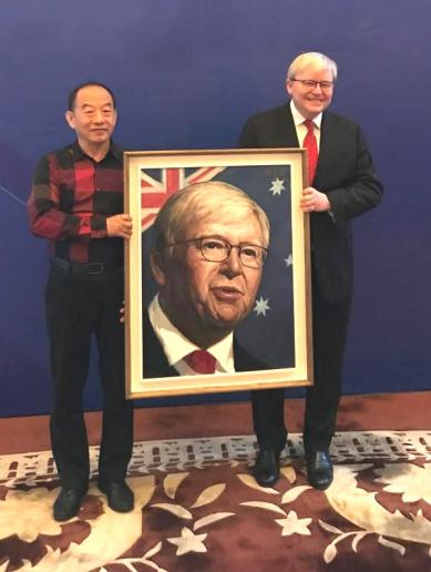 【艺术家韩玉臣为陆克文先生赠送其绘制的油画肖像】