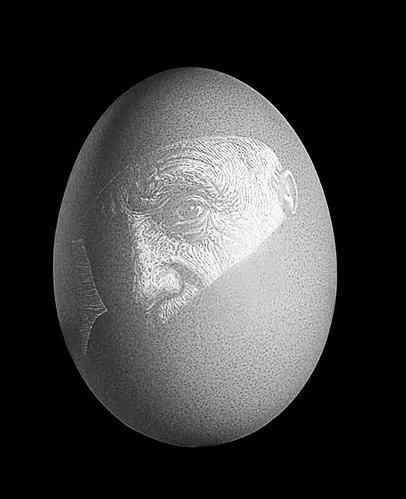 王成孝的蛋雕作品。