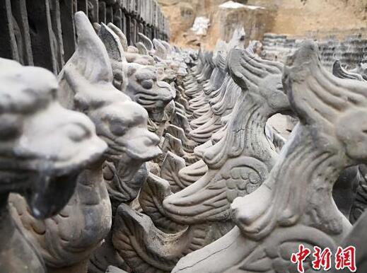 在刘泉的泥塑场里,空地上堆满了各式各样的脊兽作品。 魏建军 摄