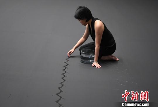 張瀟月現場創作作品《生命線·蜉蝣》 張瑤 攝