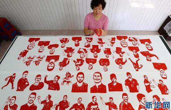 """重庆时时彩走趋图:剪纸艺人冯石萍巧手剪出""""世界杯"""""""