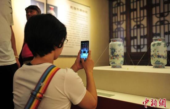 7月4日,市民在参观展览