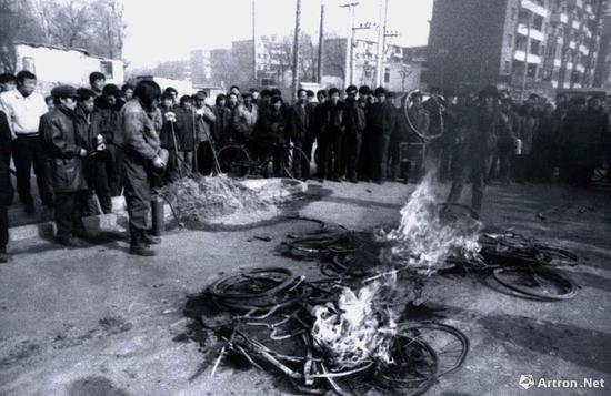压扁自行车 摄影 1992年作 宋永平