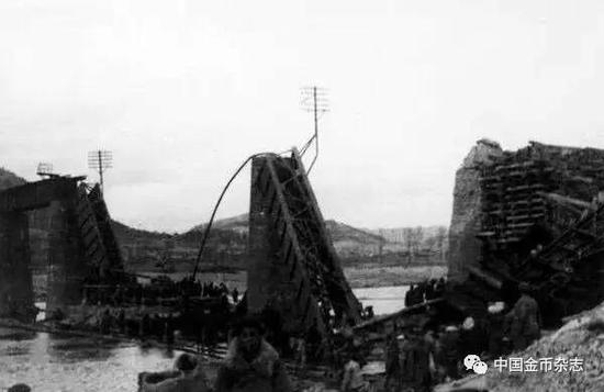 敌机轰炸后的平义线清川江大桥