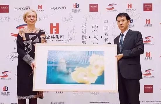 中国<a href=http://artist.legendart.cn target=_blank class=infotextkey>画家</a>贾大年在向俄圣彼得堡艺术界展示向日葵画作