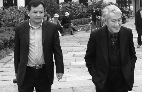 陈向宏陪伴木心师长教员走在东栅老街