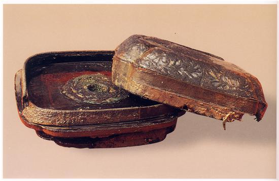 常州半月岛南唐墓出土漆镜盒