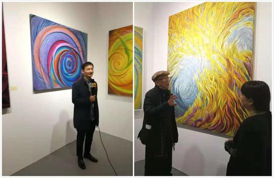 左图为著名批评家杨卫在现场接受新浪当代艺术频道采访;右图为著名批评家王林到现场品鉴并与艺术家王冰交流