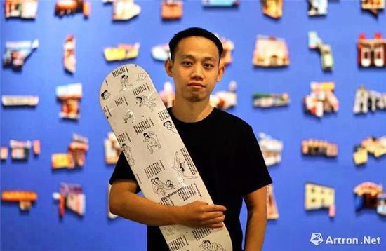 艺术家刘斯博(1989年)与他的作品及衍生品滑板