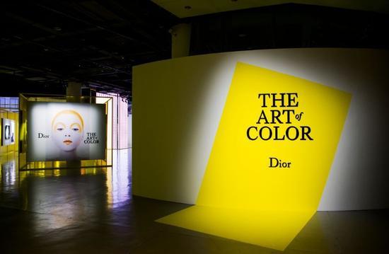 """DIOR, THE ART OF COLOR""的艺术展览现场"