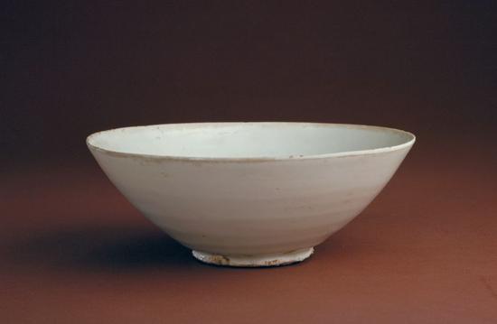 """定窑白釉""""官""""字款碗,五代,高6.6cm,口径17cm,足径6cm。"""