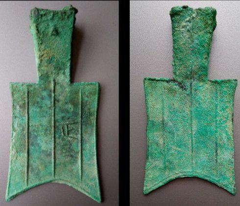 (图3)春秋时期空首布币 (图片来自作者本人)