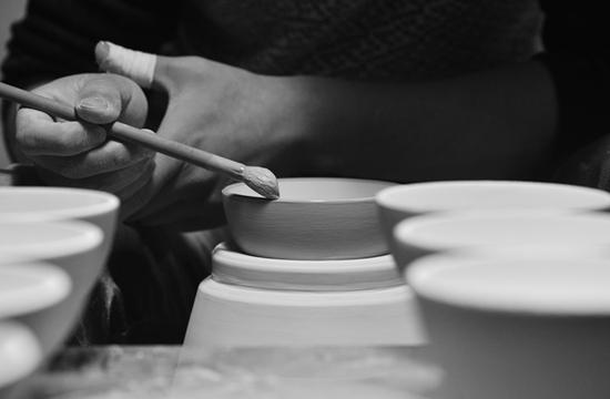 镶釉口,不是真的镶上什么,是对口沿处的釉做细节的处理