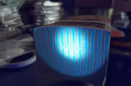 ?8001整捆在荧光灯下,整捆的顶头有一张边上是荧光